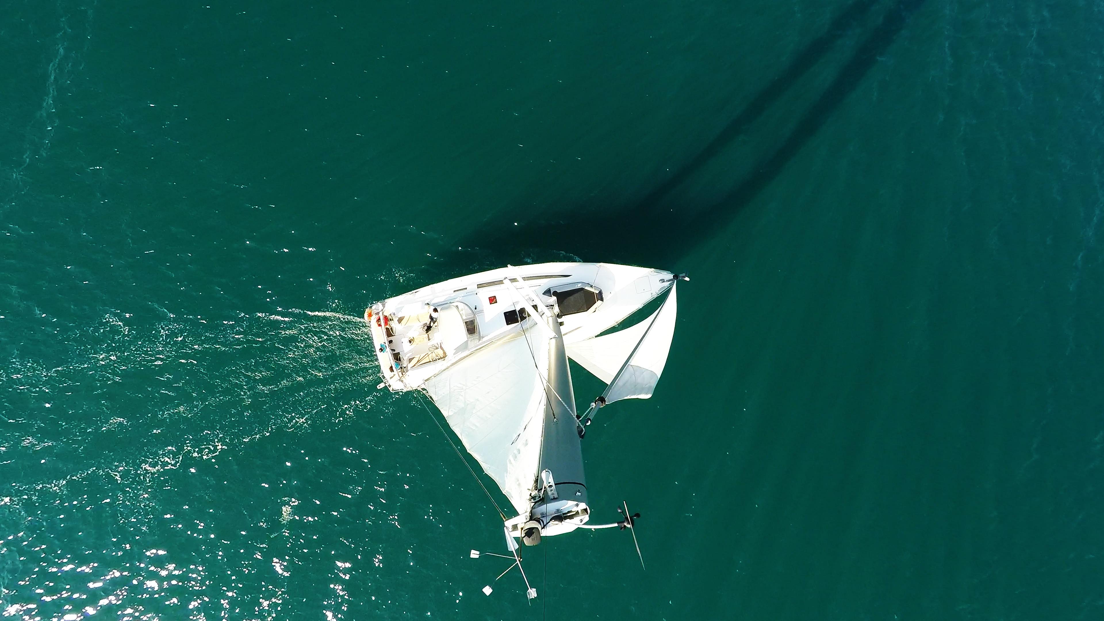 jedrilica iz zraka plovi morem