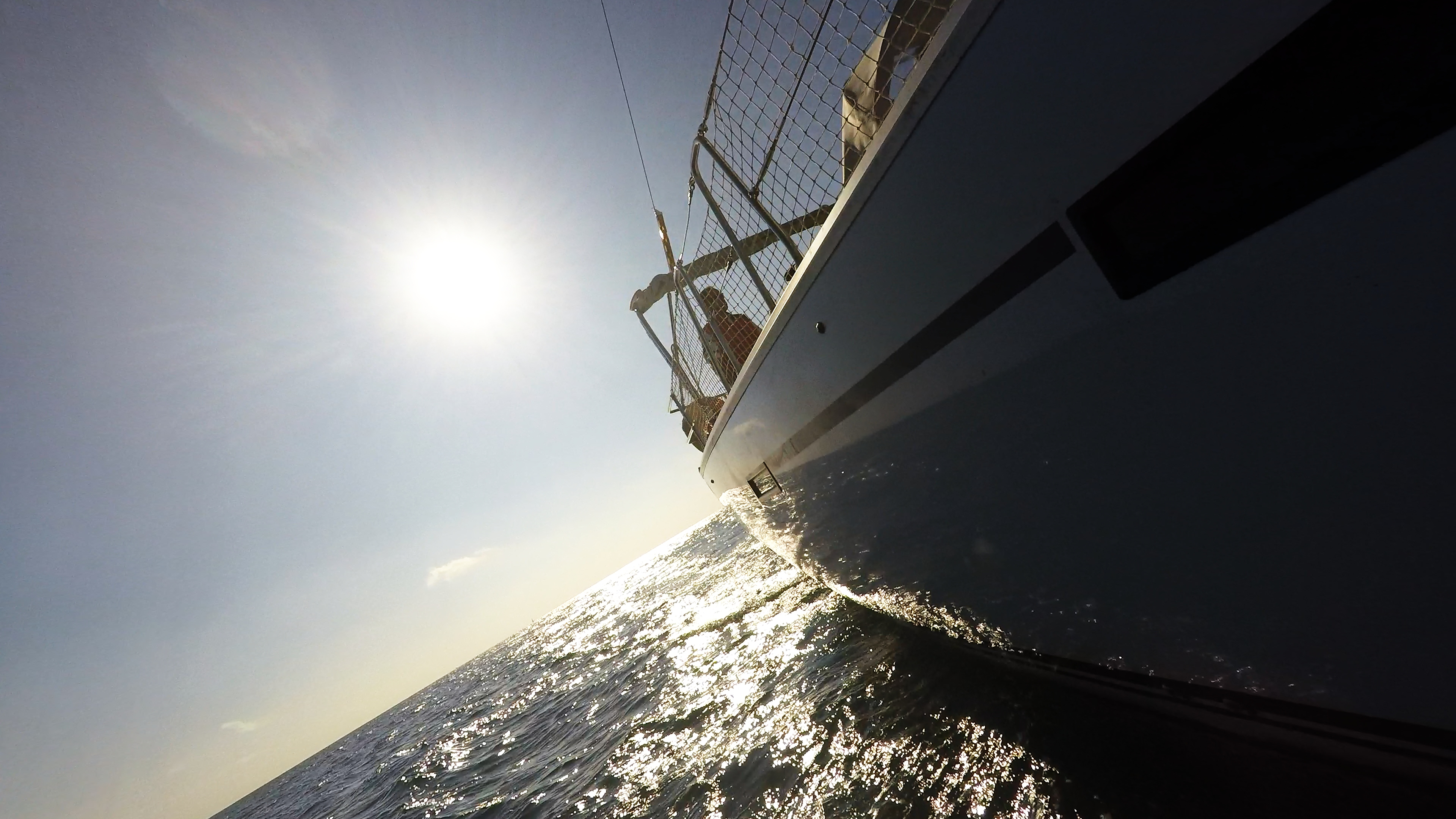 jedrilica sa strane vjetarow skiper trup broda sigurnosna mreža sunce more