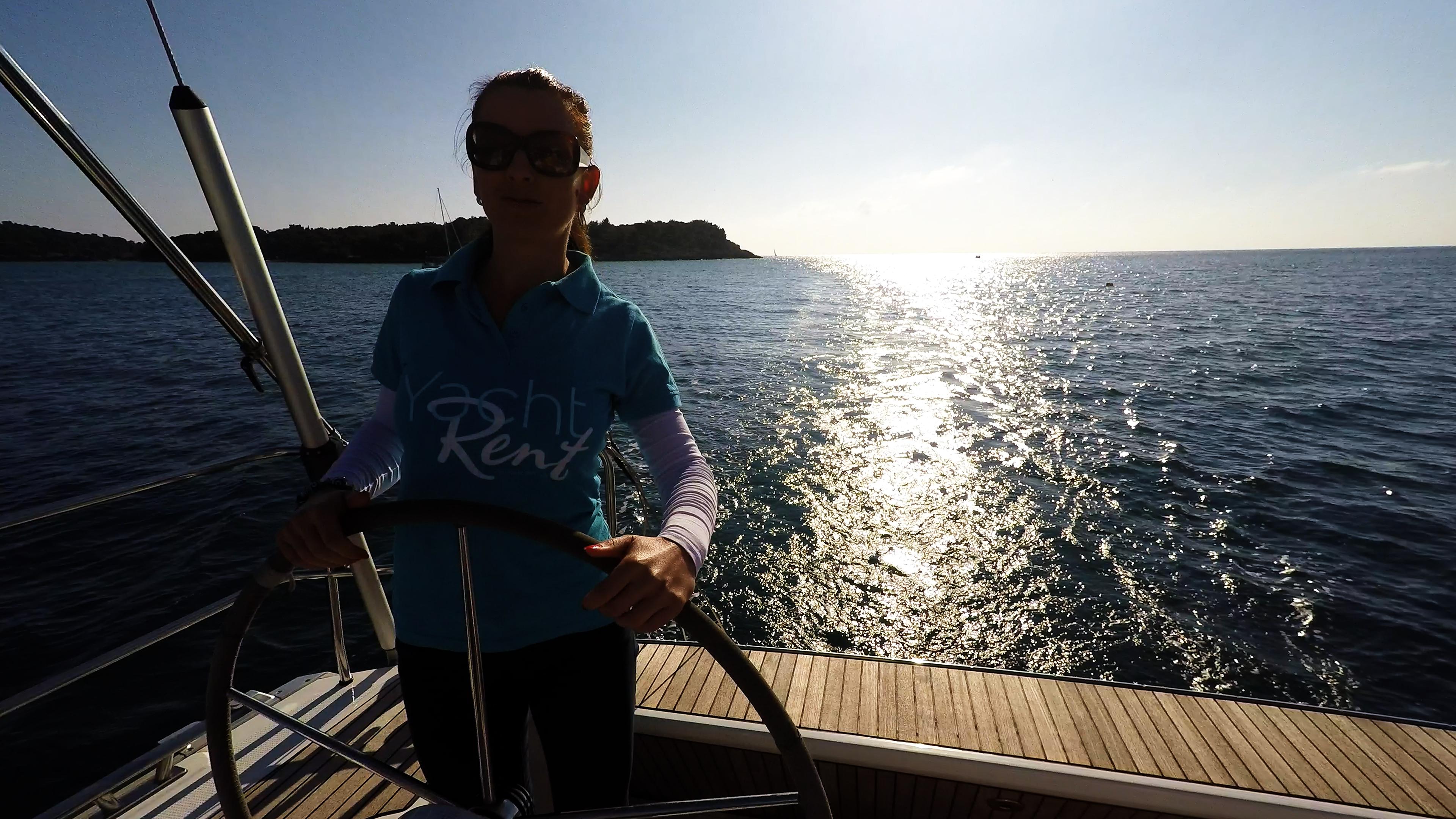 skipera na upravljačuof jedrilica sunce