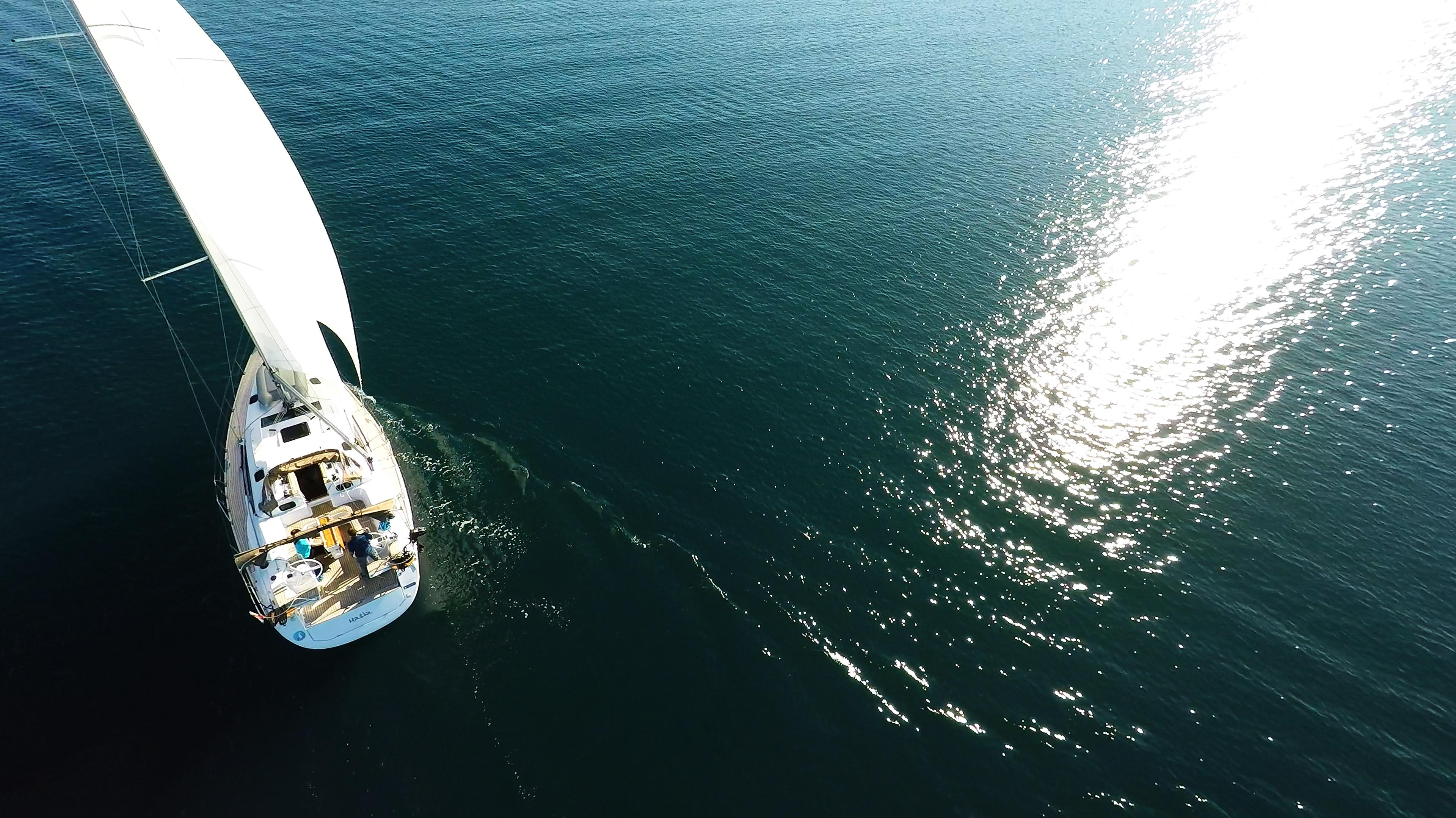 refleksija sunca na površini mora jedrilica jedrilica jedri