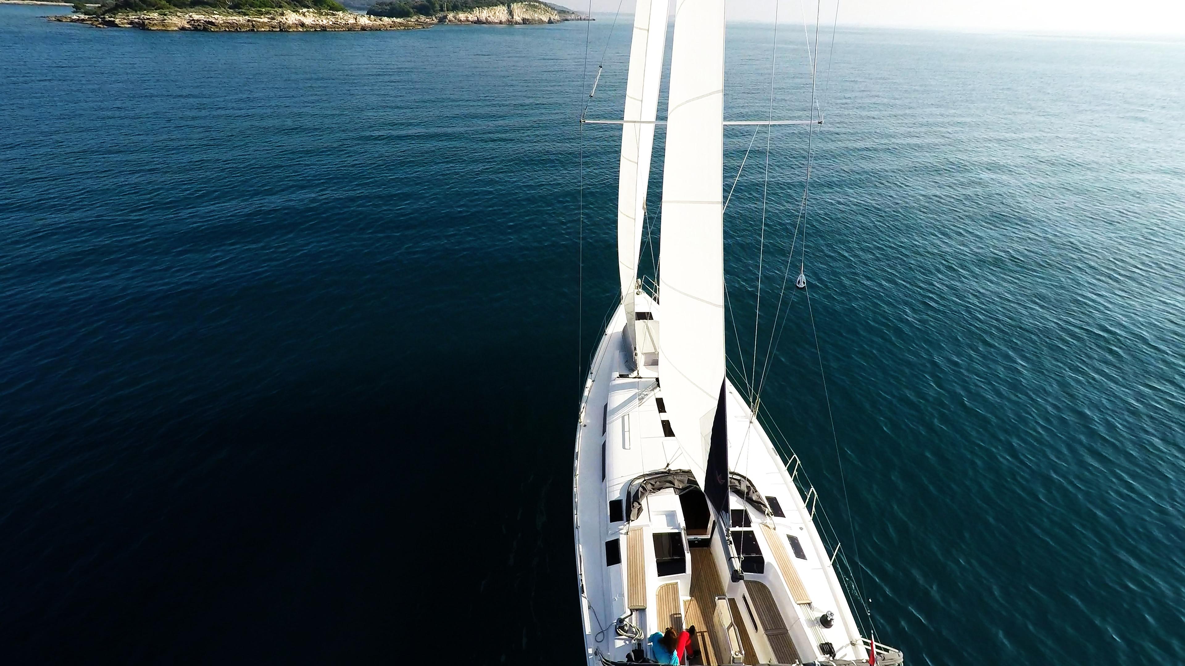 jedrilica prema plavo more otok jedrilica