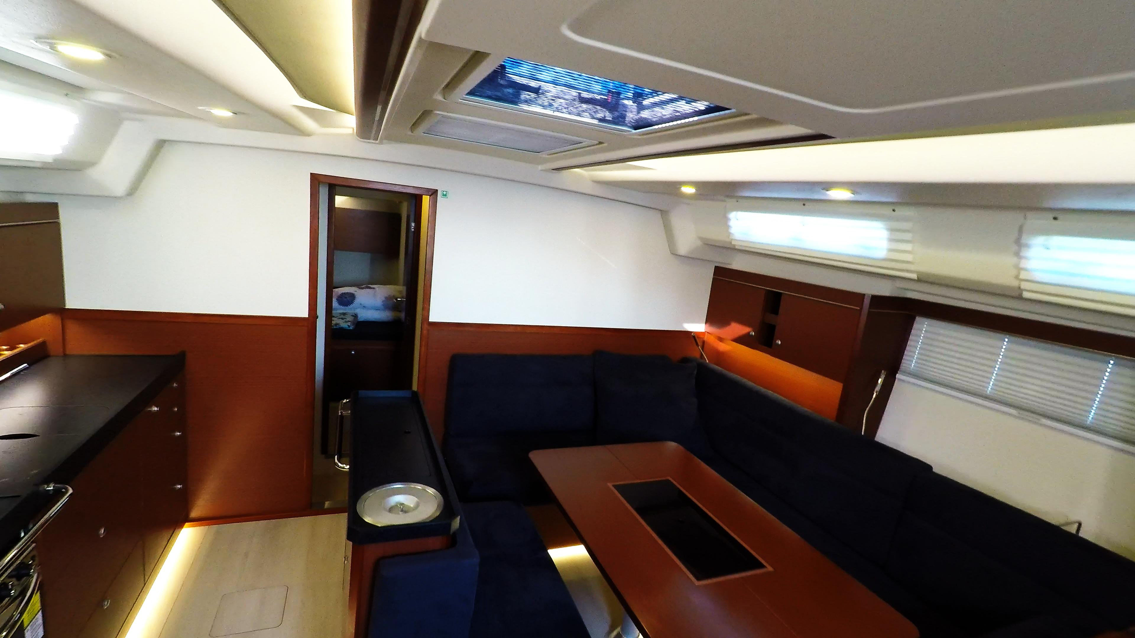 salon jedrilica Hanse 505 unutrašnjost brodska kuhinja