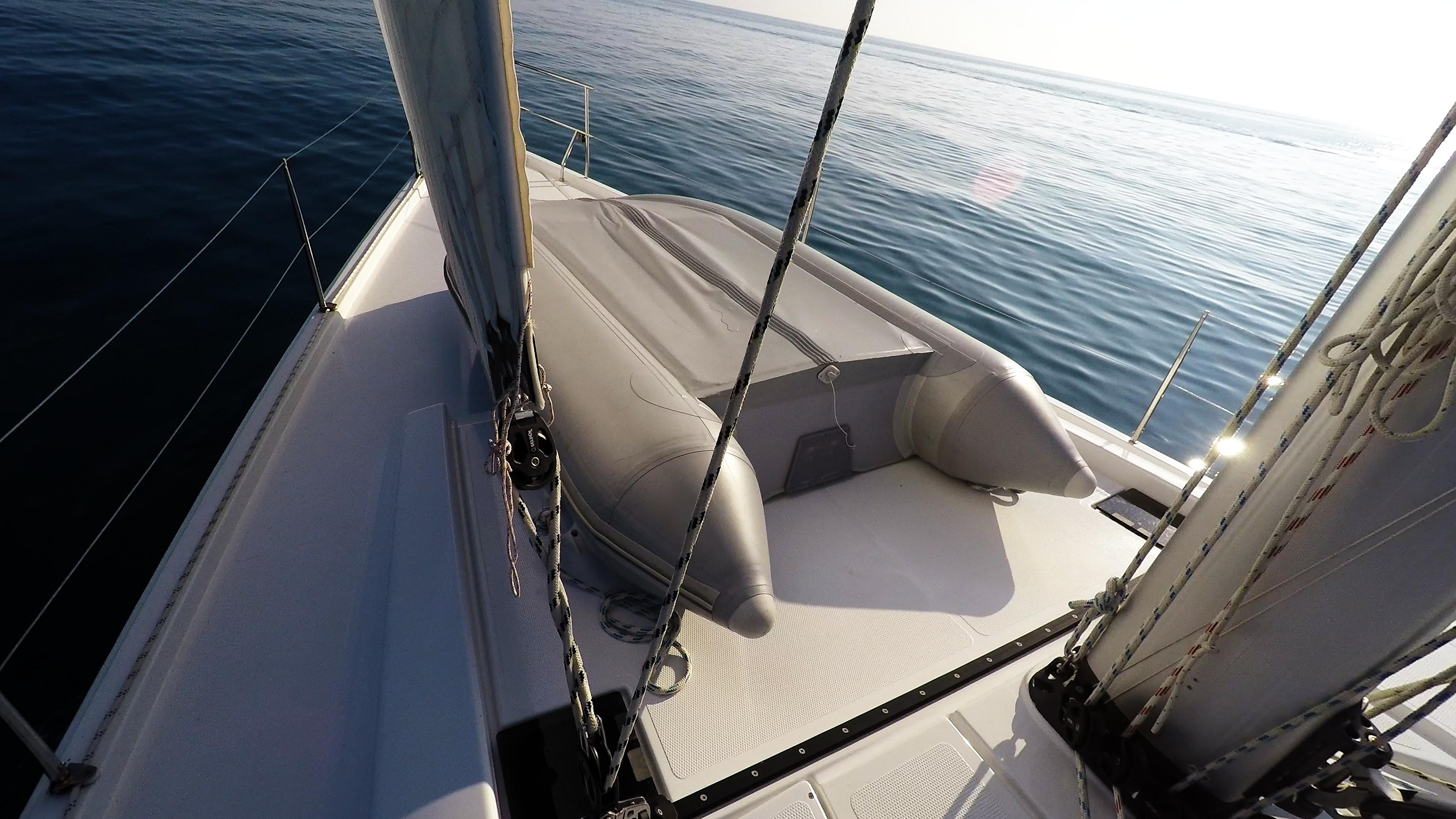 pomoćni čamac prova jedrilice gumenjak jedrenje paluba