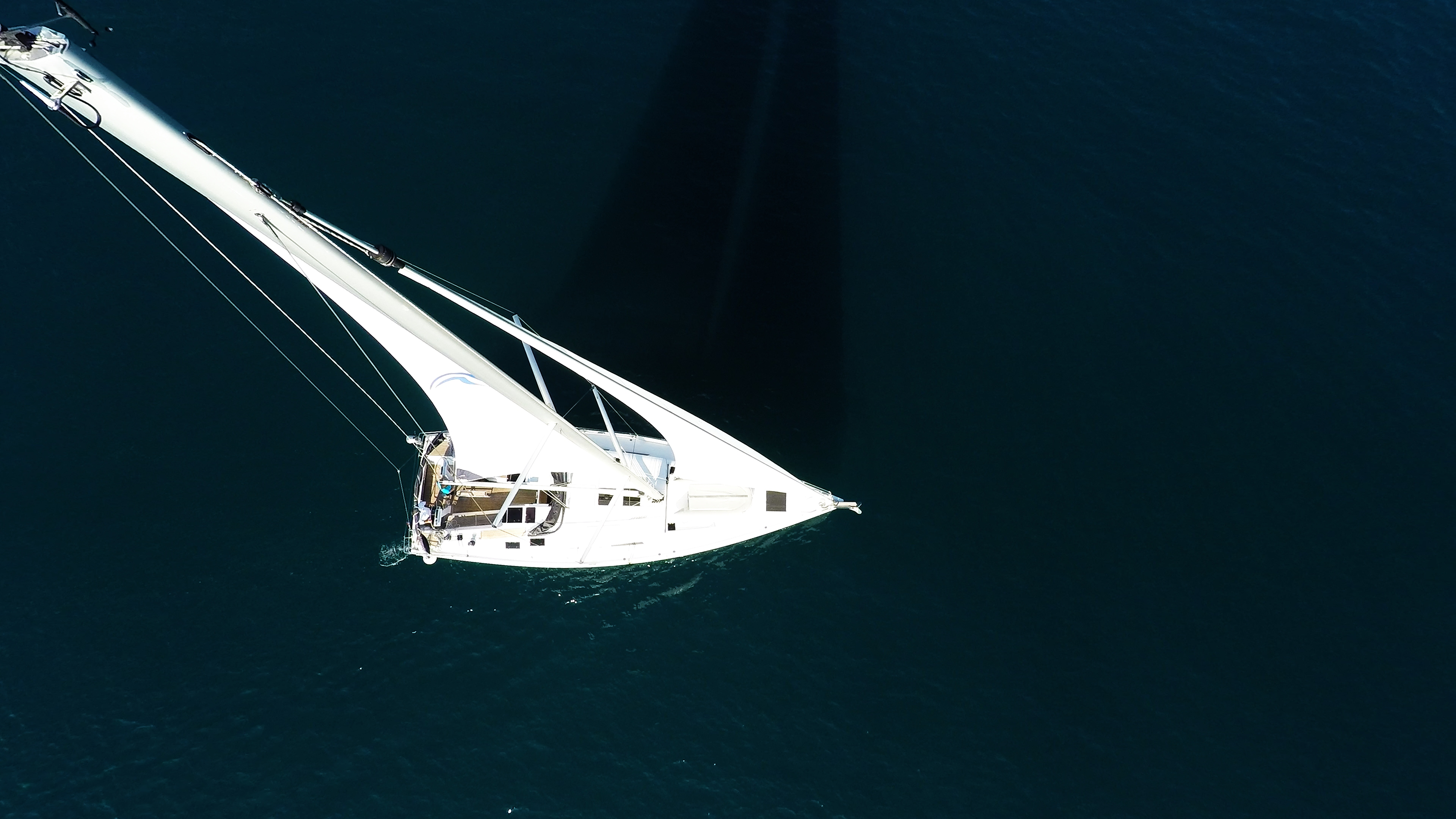 vrh jarbola snast jedra jedrilica morsko plavetnilo