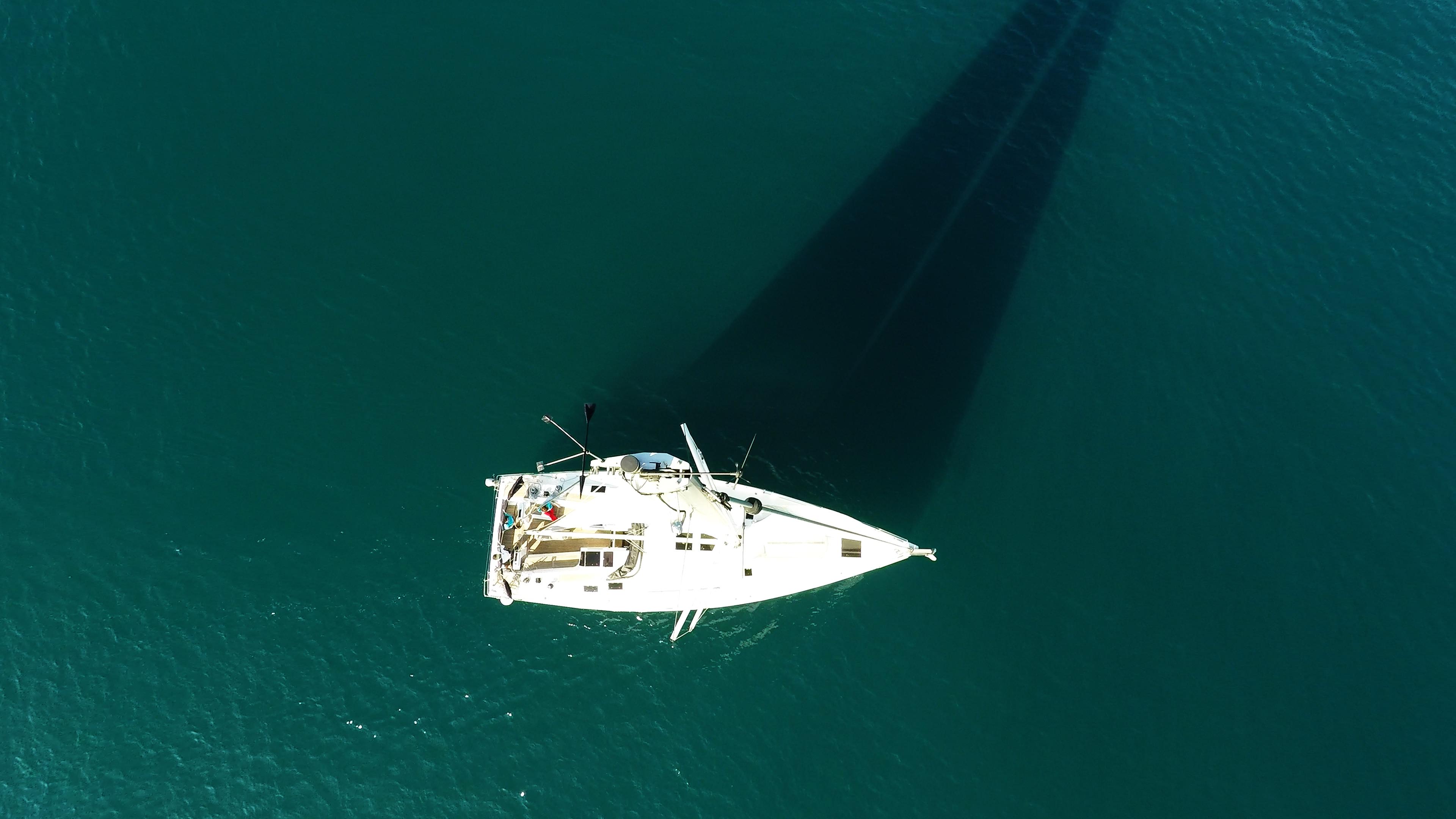 vrh jarbola jedra snast jedrilica paluba čamac jedrenje more
