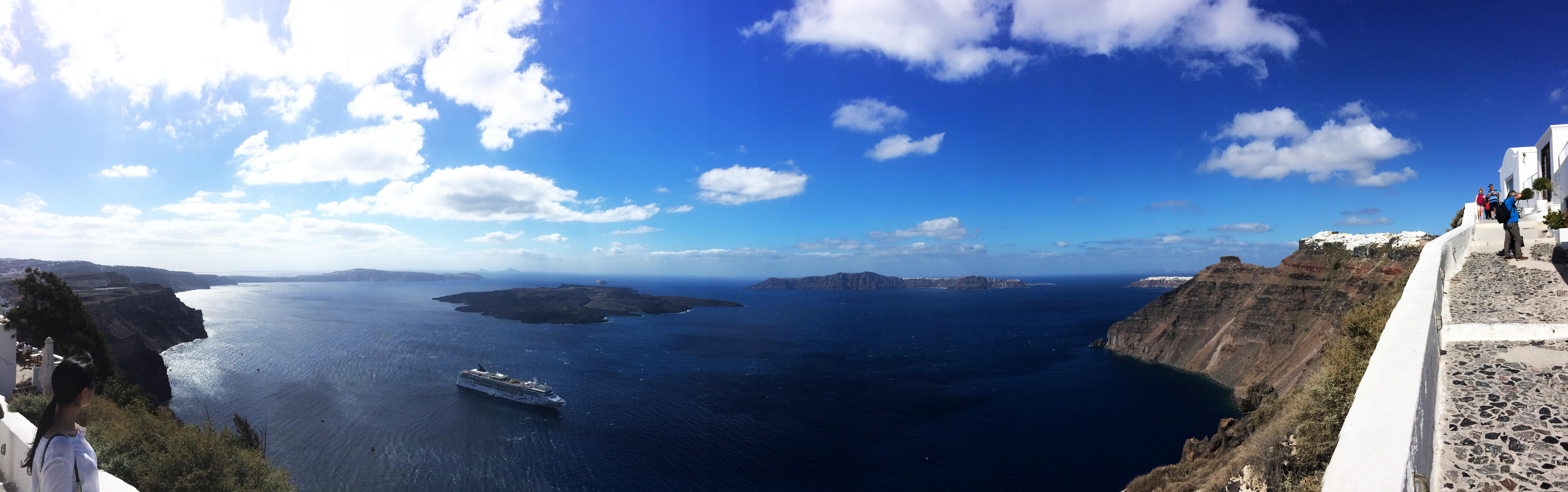 brod kruzer Santorini Grčka morski otoci panorama pejzaž